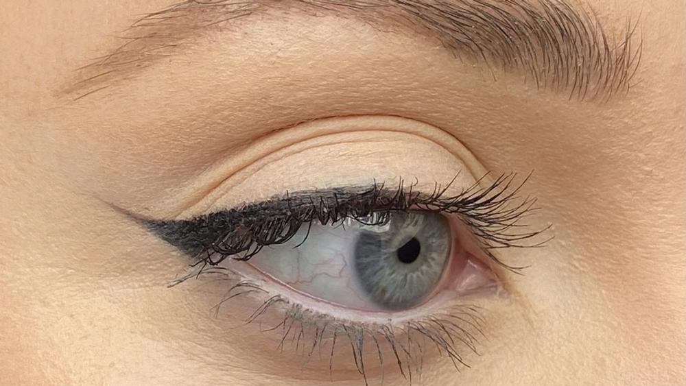 eBeauty: Winged eyeliner tutorial